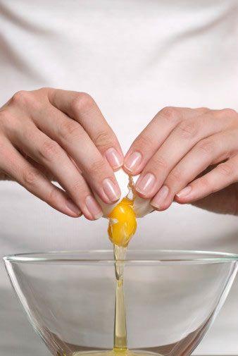 Solgun ciltlere yumurta maskesi  Yumurtanın sarısı çok besleyici olduğundan, özellikle solgun ve karma ciltleri canlandırmak için idealdir. Taze bir yumurtanın sarısını, 2 kahve fincanı nemlendiriciyle karıştırıp, kalın bir tabaka halinde yüzüne sür. 20 dakika beklettikten sonra ılık suyla yıka. Maskeyi haftada iki kez uygula.
